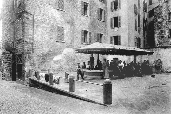 foto d'epoca del lavatoio di via Mario Lupo a Bergamo Alta